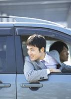 車窓から顔を出すビジネスマン 11007058166| 写真素材・ストックフォト・画像・イラスト素材|アマナイメージズ