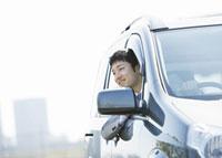 車窓から顔を出すビジネスマン 11007058168| 写真素材・ストックフォト・画像・イラスト素材|アマナイメージズ