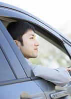 車窓から顔を出すビジネスマン 11007058169| 写真素材・ストックフォト・画像・イラスト素材|アマナイメージズ