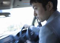 車を運転するビジネスマン 11007058170| 写真素材・ストックフォト・画像・イラスト素材|アマナイメージズ