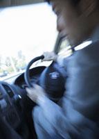 車を運転するビジネスマン 11007058172| 写真素材・ストックフォト・画像・イラスト素材|アマナイメージズ