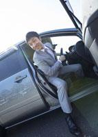 車から降りるビジネスマン 11007058176| 写真素材・ストックフォト・画像・イラスト素材|アマナイメージズ