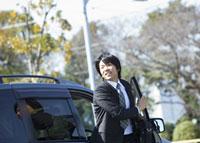車から降りるビジネスマン 11007058179| 写真素材・ストックフォト・画像・イラスト素材|アマナイメージズ
