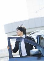 車から降りるビジネスマン 11007058180| 写真素材・ストックフォト・画像・イラスト素材|アマナイメージズ