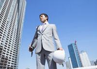 見上げるビジネスマン