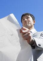 図面を広げるビジネスマン 11007058186| 写真素材・ストックフォト・画像・イラスト素材|アマナイメージズ