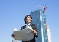 図面を広げるビジネスマン 11007058187| 写真素材・ストックフォト・画像・イラスト素材|アマナイメージズ