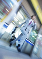 電車から降りるビジネスマン