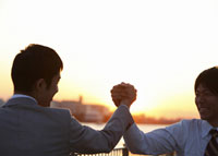握手をするビジネスマン 11007058225| 写真素材・ストックフォト・画像・イラスト素材|アマナイメージズ