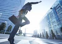 ジャンプをするビジネスマン 11007058231| 写真素材・ストックフォト・画像・イラスト素材|アマナイメージズ