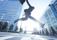 ジャンプをするビジネスマン 11007058232| 写真素材・ストックフォト・画像・イラスト素材|アマナイメージズ