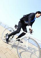 自転車に乗るビジネスマン 11007058236| 写真素材・ストックフォト・画像・イラスト素材|アマナイメージズ