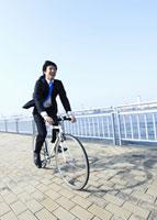 自転車に乗るビジネスマン 11007058238| 写真素材・ストックフォト・画像・イラスト素材|アマナイメージズ
