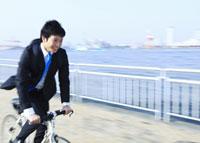 自転車に乗るビジネスマン 11007058239| 写真素材・ストックフォト・画像・イラスト素材|アマナイメージズ