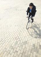 自転車に乗るビジネスマン 11007058240| 写真素材・ストックフォト・画像・イラスト素材|アマナイメージズ