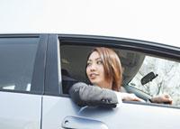 車窓から顔を出すビジネスウーマン