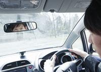 車を運転するビジネスマン 11007058268| 写真素材・ストックフォト・画像・イラスト素材|アマナイメージズ