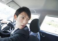 車を運転するビジネスマン 11007058270| 写真素材・ストックフォト・画像・イラスト素材|アマナイメージズ