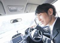 車を運転するビジネスマン 11007058271| 写真素材・ストックフォト・画像・イラスト素材|アマナイメージズ
