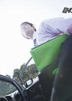 車から降りるビジネスマン 11007058274| 写真素材・ストックフォト・画像・イラスト素材|アマナイメージズ