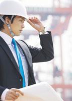 図面を持つビジネスマン 11007058282| 写真素材・ストックフォト・画像・イラスト素材|アマナイメージズ