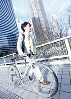 自転車を押すビジネスマン 11007058303| 写真素材・ストックフォト・画像・イラスト素材|アマナイメージズ