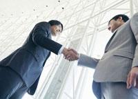 握手をするビジネスマン 11007058639| 写真素材・ストックフォト・画像・イラスト素材|アマナイメージズ