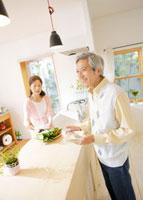 食事の準備をするシニア夫婦
