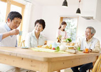 食事をするシニアグループ