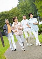 ジョギングをするシニアグループ 11007059507| 写真素材・ストックフォト・画像・イラスト素材|アマナイメージズ
