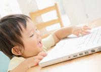 ノートパソコンと赤ちゃん