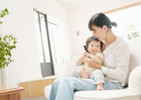 音楽を聴く母親と赤ちゃん