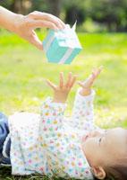 ギフトボックスと赤ちゃん
