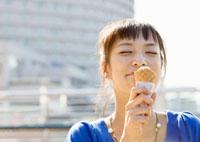 ソフトクリームを食べる若い女性