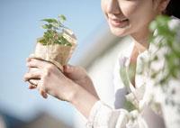 観葉植物を持つ女性 11007060316  写真素材・ストックフォト・画像・イラスト素材 アマナイメージズ