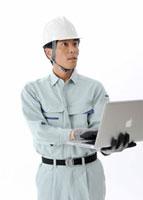 パソコンを操作する建設作業員