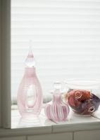 窓辺に置かれた香水瓶