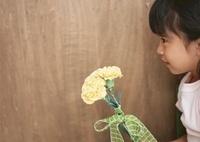 女の子と母の日のカーネーション 11007062126| 写真素材・ストックフォト・画像・イラスト素材|アマナイメージズ