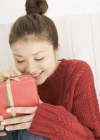 プレゼントを持つ女性 11007062142| 写真素材・ストックフォト・画像・イラスト素材|アマナイメージズ