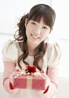 プレゼントを差し出す若い女性