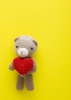 ハートを持つクマの編みぐるみ