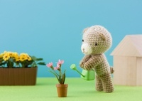水遣りをするクマの編みぐるみ