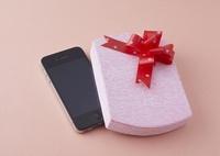 ギフトボックスとスマートフォン