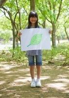 葉の絵を持つ少女