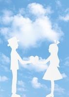 青空と向かい合うカップルの切り絵