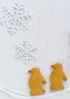 ペンギン形のクッキーと雪の結晶