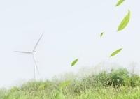舞い散る葉と風力発電機