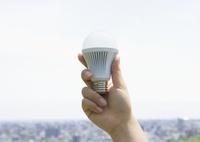 LED電球を持つ手