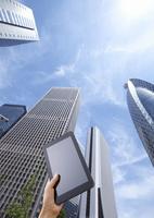 ビル街とタブレットPC