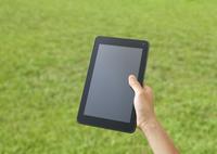 芝生とタブレットPC